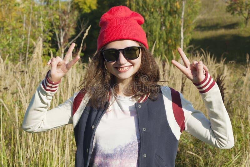 Tonårig flicka med händer upp Gyckel fred arkivbild