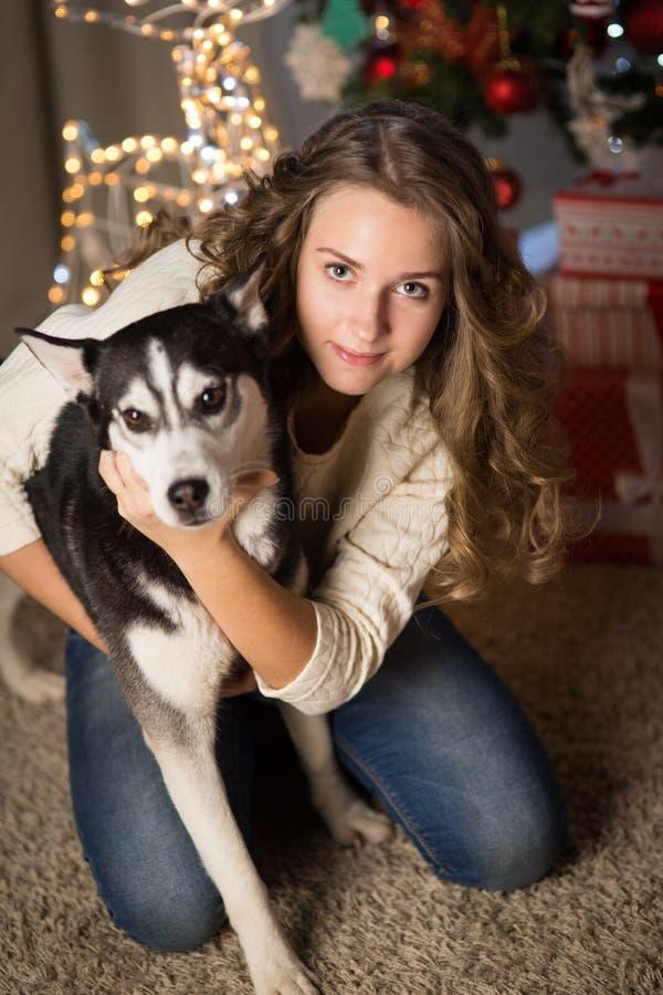 Tonårig flicka med hunden, för jul royaltyfri bild