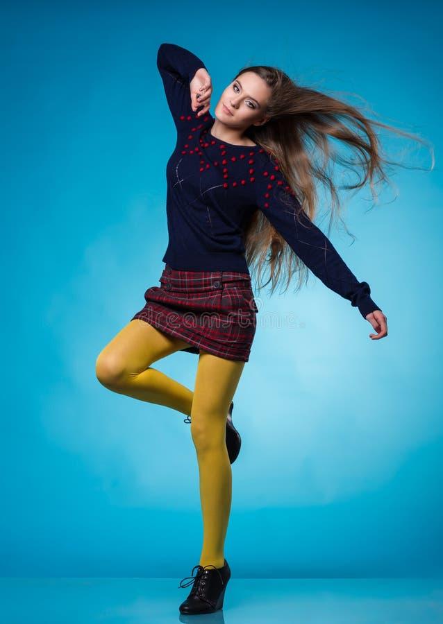 Tonårig flicka med långt rakt hår royaltyfri fotografi