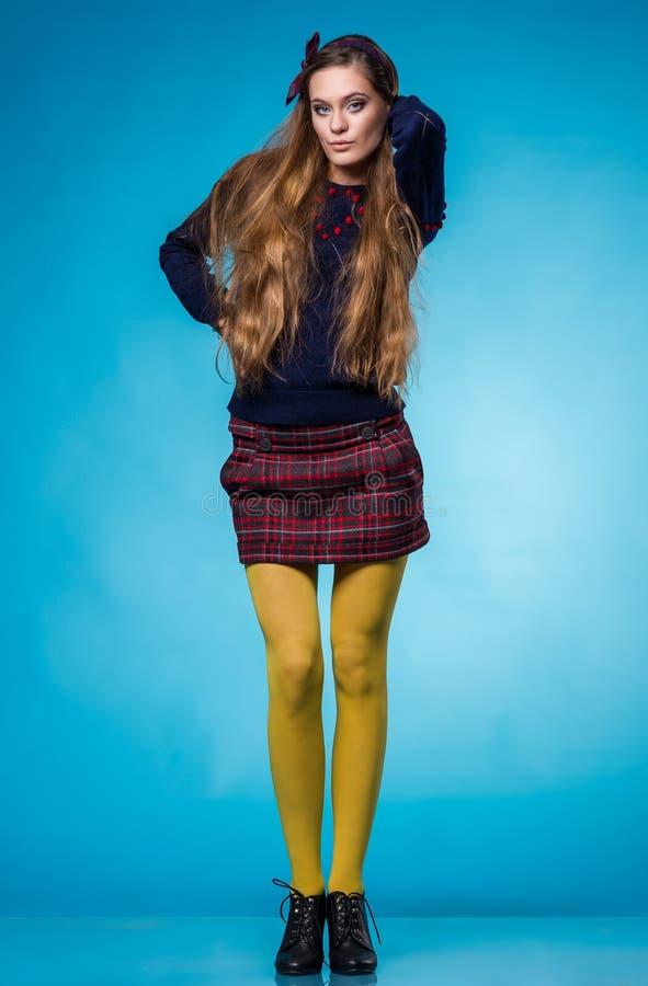 Tonårig flicka med långt rakt hår arkivfoton