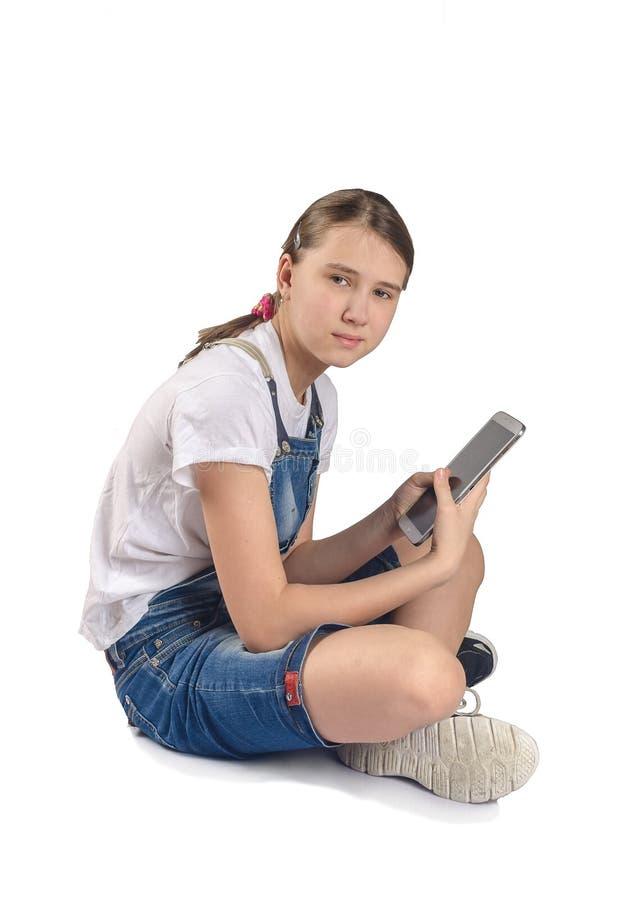 Tonårig flicka med minnestavlan arkivfoton