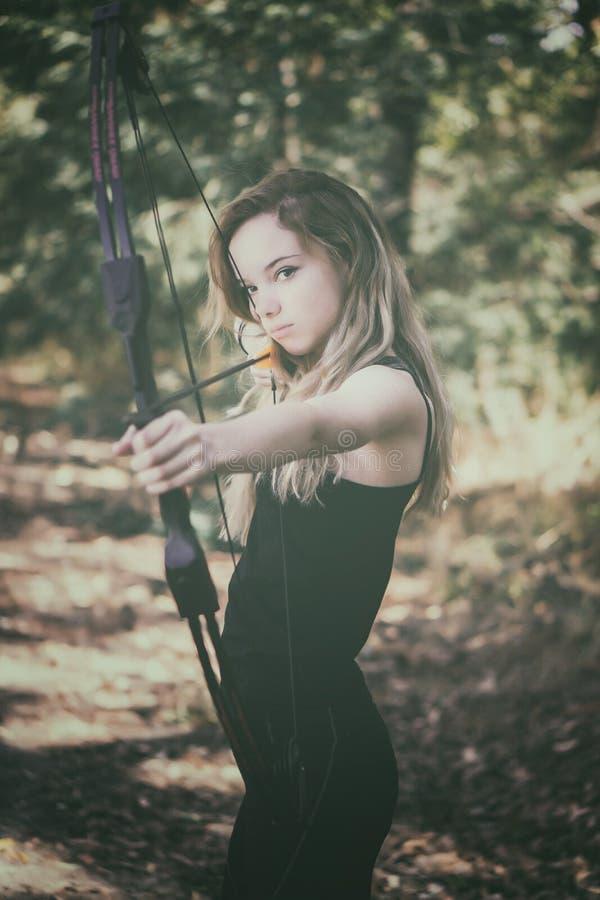 Tonårig flicka med pilbågen och pilen royaltyfri bild