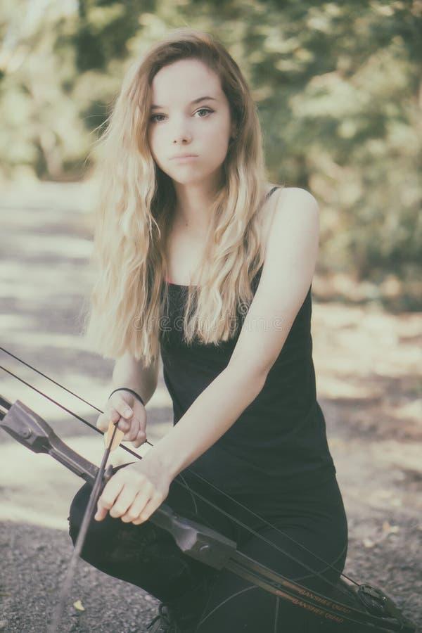 Tonårig flicka med pilbågen och pilen royaltyfria bilder