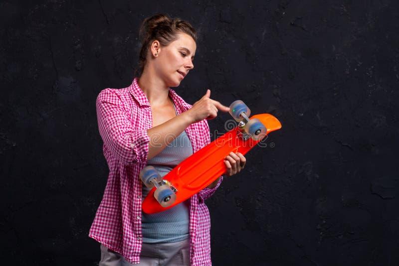 Tonårig flicka med skateboarden royaltyfri fotografi