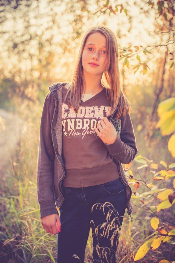 Tonårig flicka på solnedgången royaltyfri foto