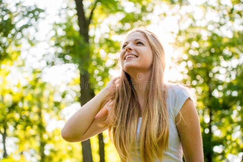 Tonårig flicka - som är lycklig i natur royaltyfria bilder