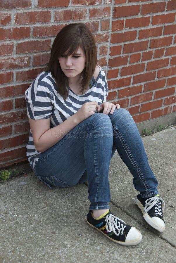 Tonårig flicka som känner sig ensam och deprimerad fotografering för bildbyråer