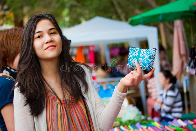 Tonårig flicka som shoppar den utomhus- basaren i Thailand arkivbild