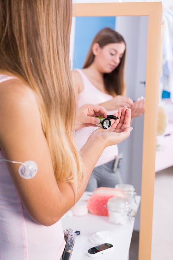 Tonårig flicka som tar sockersjukaläkarbehandlingar arkivfoton