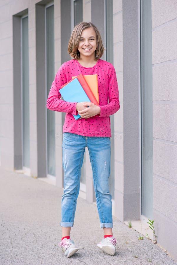 Tonårig flicka tillbaka till skolan royaltyfria bilder