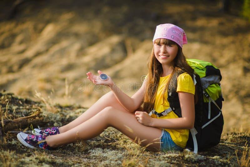 Tonårig flickahandelsresande med ryggsäckholdindkompasset Lopp- och turismbegrepp fotografering för bildbyråer