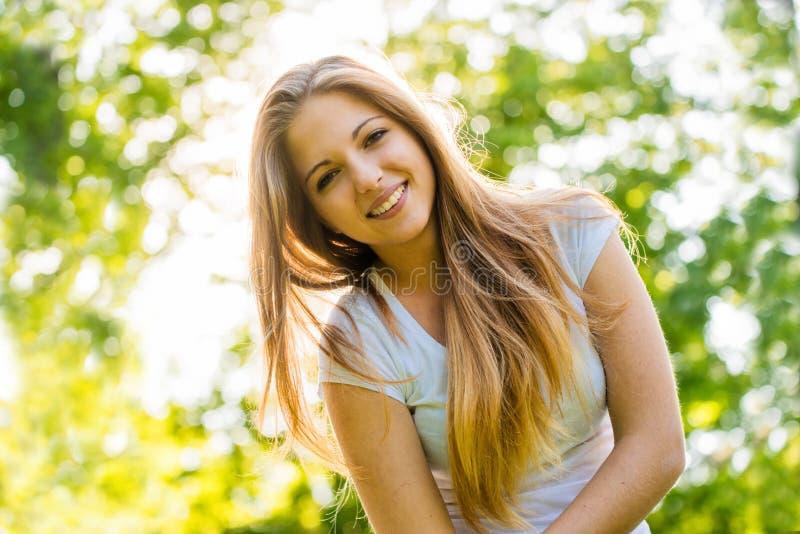 Tonårig flickastående arkivfoto