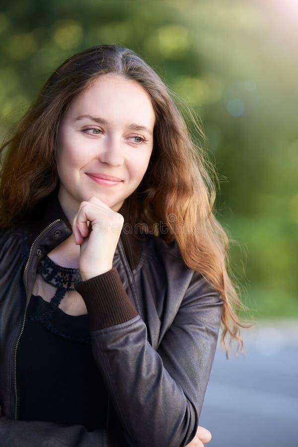 Tonårig fridfull yttersida för ung kvinna tänk upp hållhaka Tillf?llig kl?nning folkframsida arkivbild