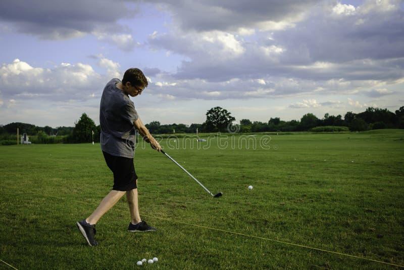 Tonårig golfgunga fotografering för bildbyråer