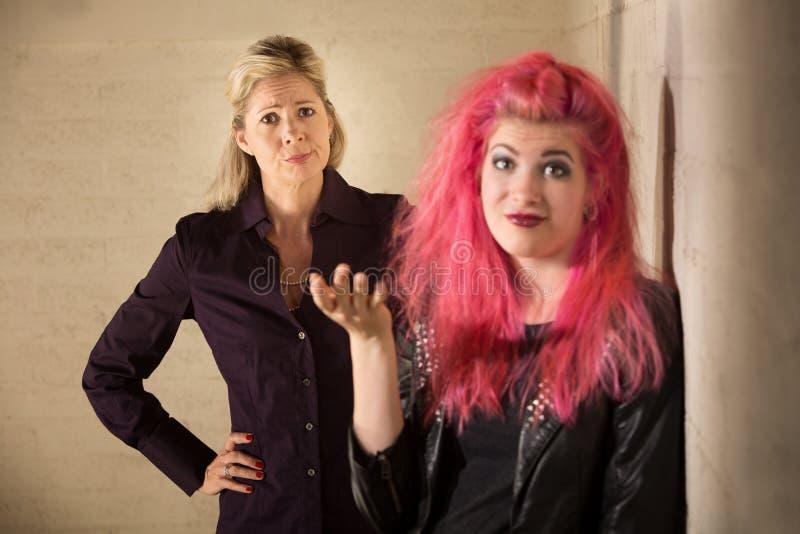 Tonårig ignorerande förälder för punkrock arkivbild