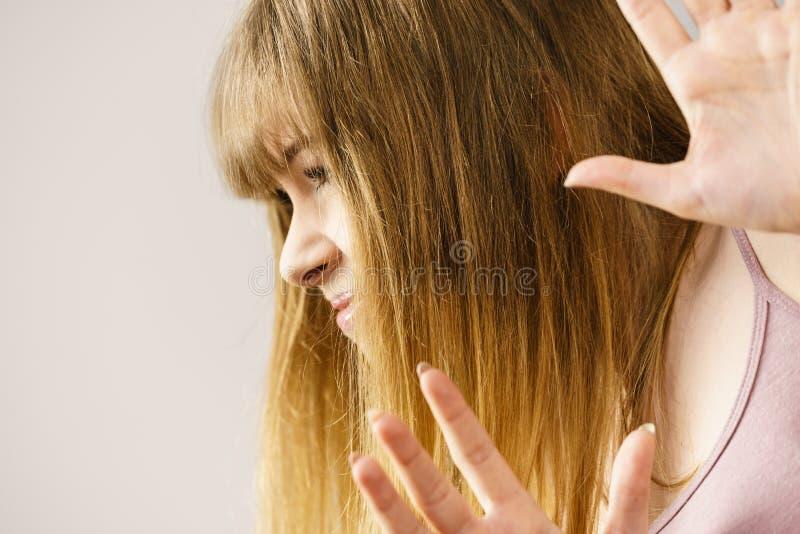 Tonårig kvinna som skrämmas arkivfoton