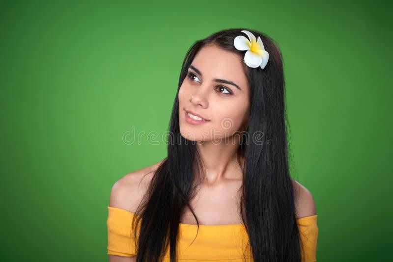 Tonårig kvinnlig med Plumeriablomman royaltyfria bilder