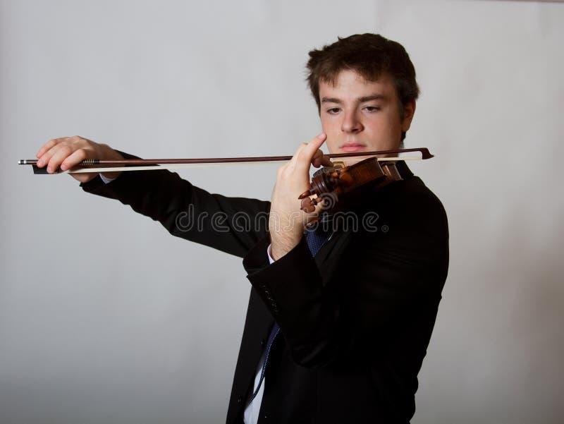 Tonårig manlig violinist  Playing för virtuos arkivfoto
