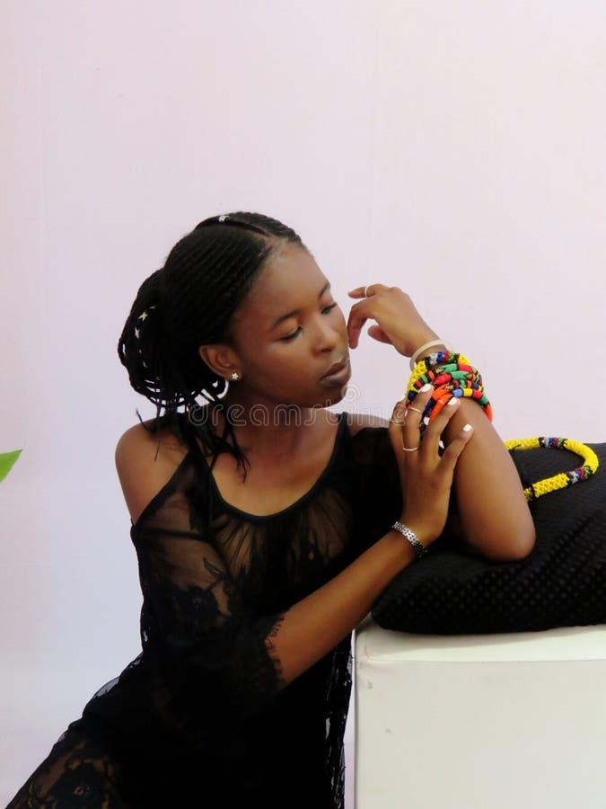 Tonårig modell för härlig mörk huddamunderkläder royaltyfri foto