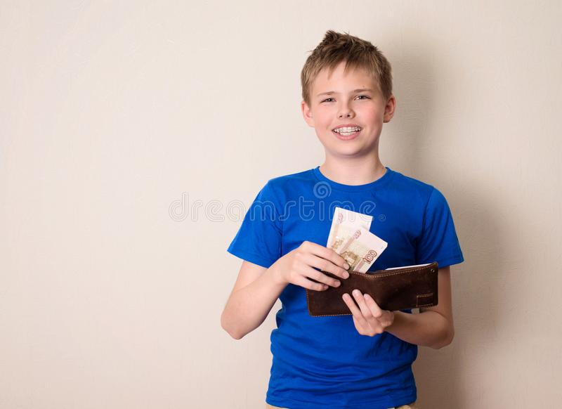 Tonårig och besparingbegrepp för finanser, för barndom, Lyckliga tonåriga pojkewi royaltyfria foton