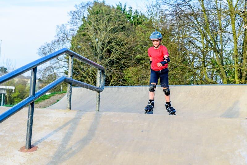 Tonårig pojke för dagsikt som scatting på lekplats royaltyfria bilder