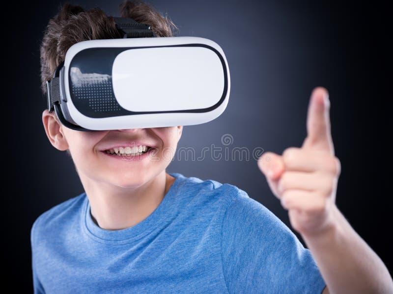 Tonårig pojke i VR-exponeringsglas arkivbild