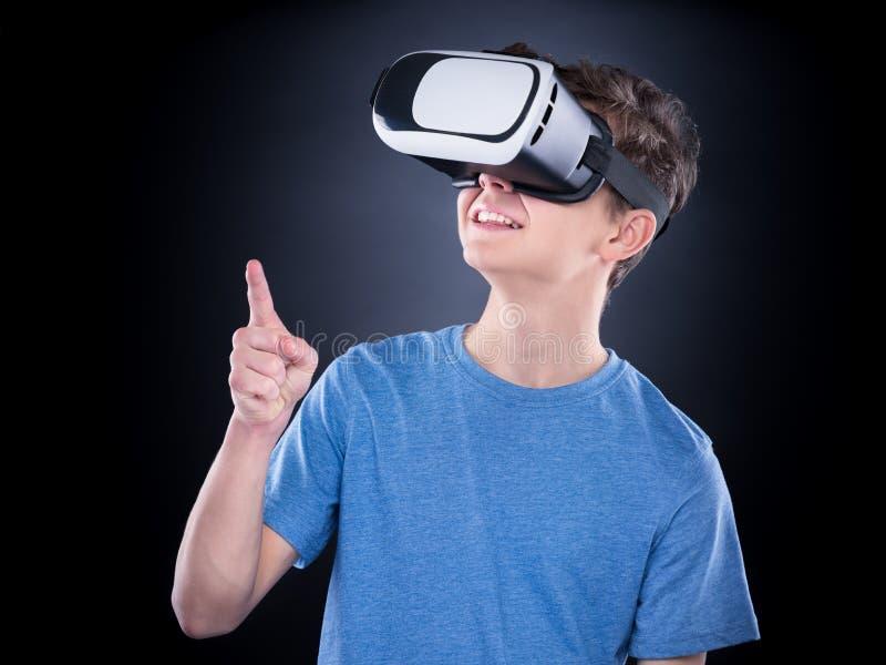 Tonårig pojke i VR-exponeringsglas royaltyfri fotografi