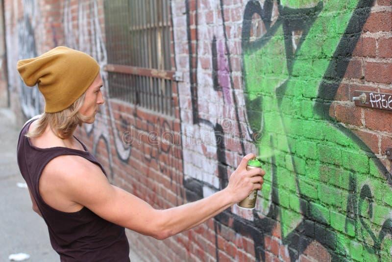 Tonårig pojke och grafitti royaltyfria foton