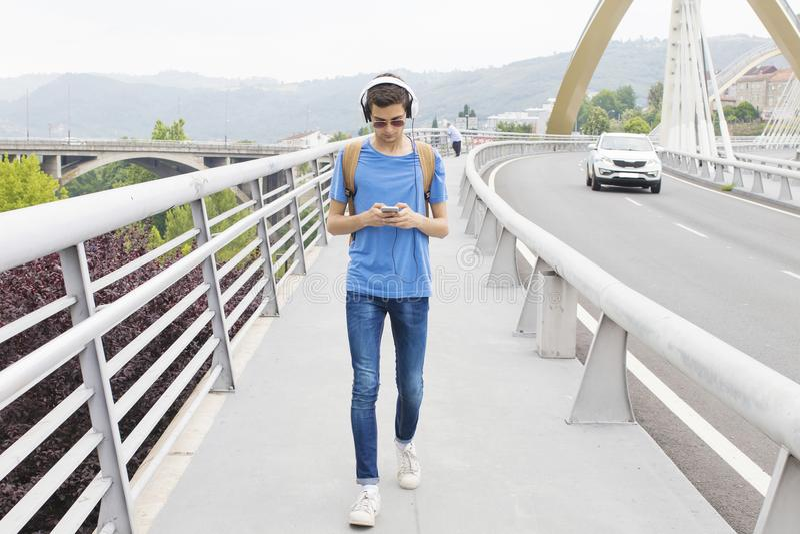 Tonårig pojke som lyssnar till musik arkivfoton