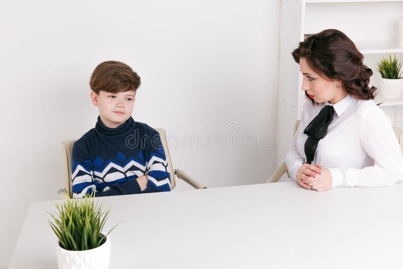 Tonårig pojke som talar till hans terapeutsocialarbetare och patient royaltyfria foton