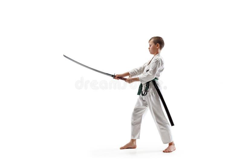 Tonårig pojkestridighet på aikidoutbildning i kampsportskola fotografering för bildbyråer