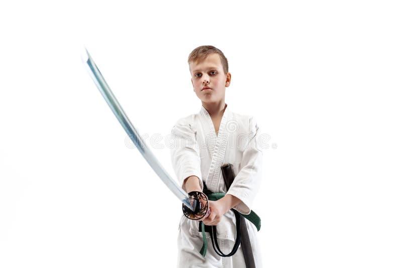 Tonårig pojkestridighet på aikidoutbildning i kampsportskola arkivfoton