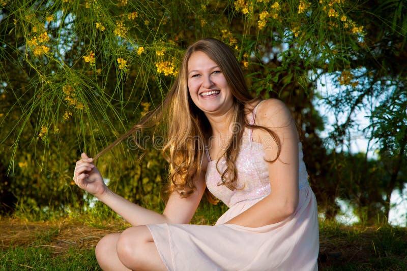 Tonåriga flickalekar med hår i Front Of Palo Verde fotografering för bildbyråer