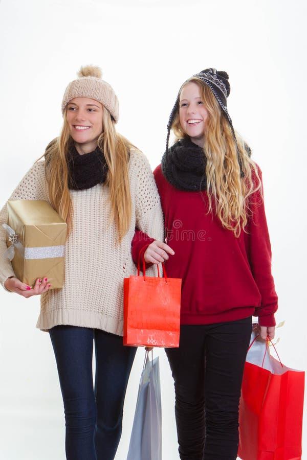 Tonåriga flickor som shoppar för gåvor royaltyfria foton