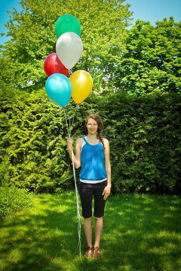 Tonåriga innehavballonger royaltyfria foton
