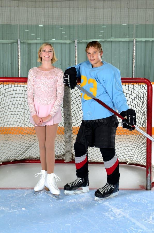 Tonåriga konståkarehockeyspelarepar arkivfoto