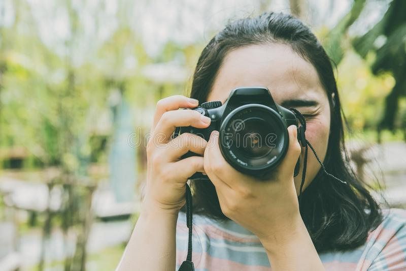 Tonårigt användande DSLR kamerafotografi för asiatisk flicka royaltyfri bild