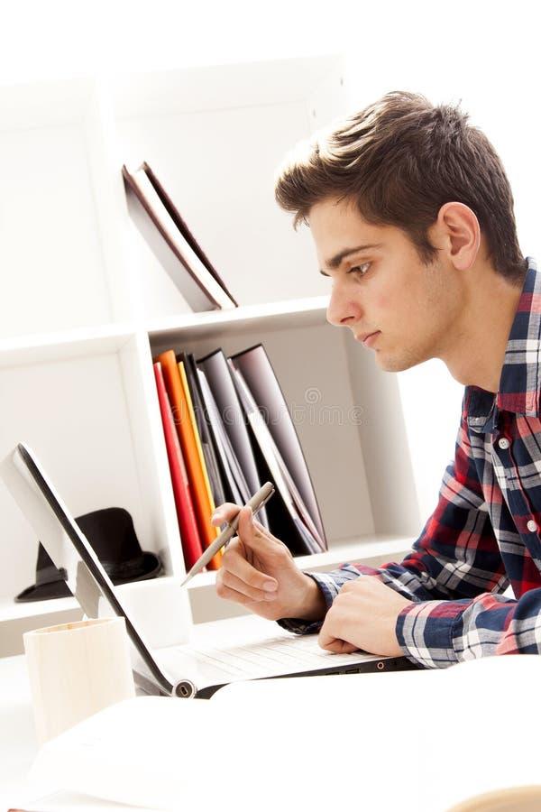 Tonårigt arbete på datoren arkivbilder