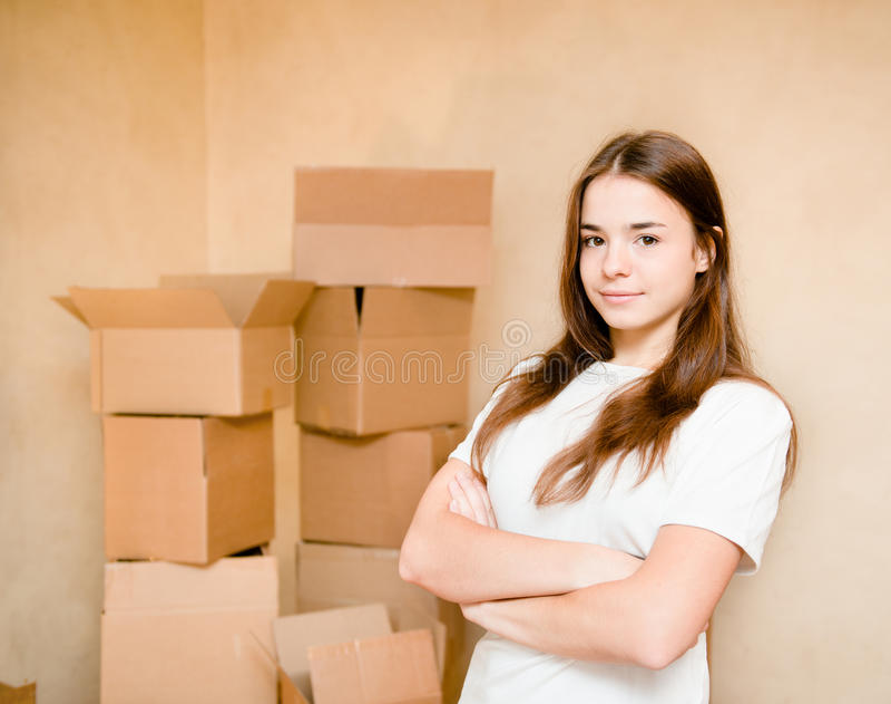 Tonårigt flickaanseende på en bakgrund av papp arkivbild