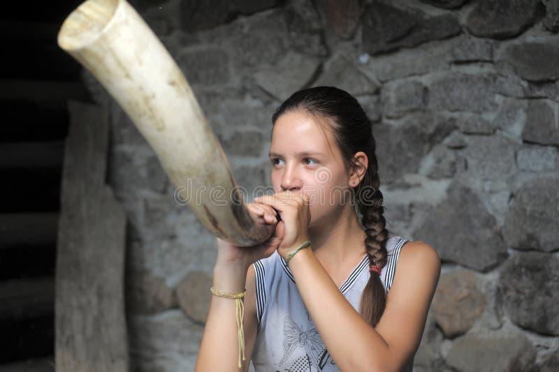 Tonårigt flickasurrandehorn arkivbilder
