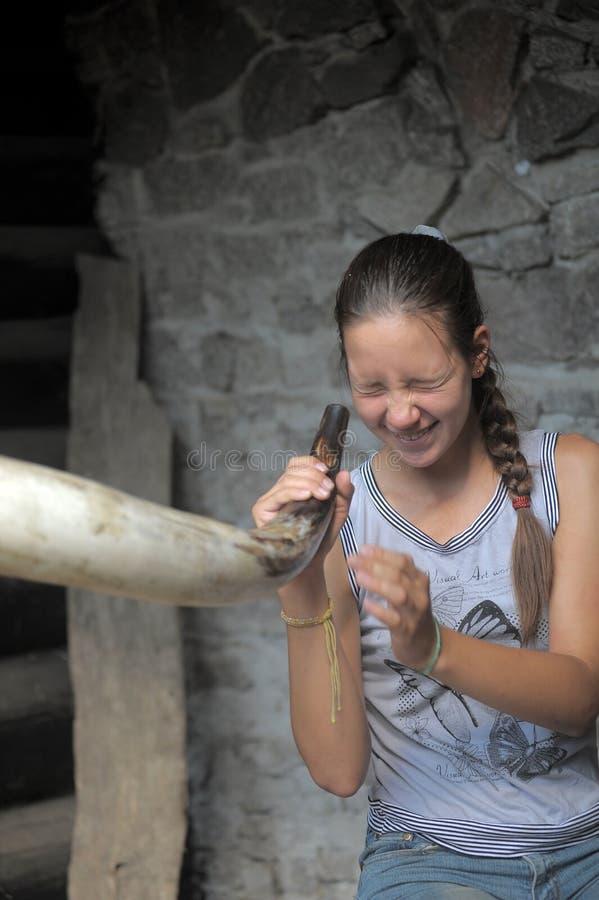 Tonårigt flickasurrandehorn arkivfoto