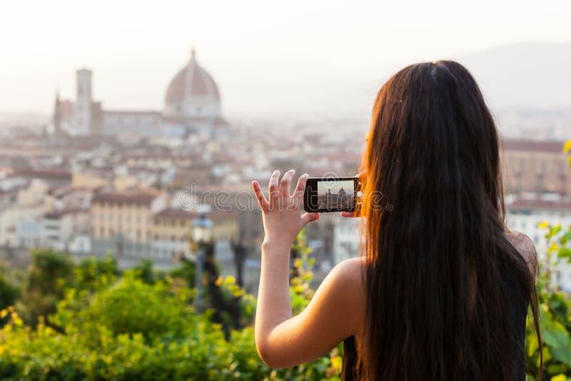 Tonårigt i Florence tar en bild på panoraman royaltyfri foto