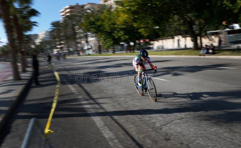 Tonårigt på lokal cykla konkurrens i mallorca arkivfoto