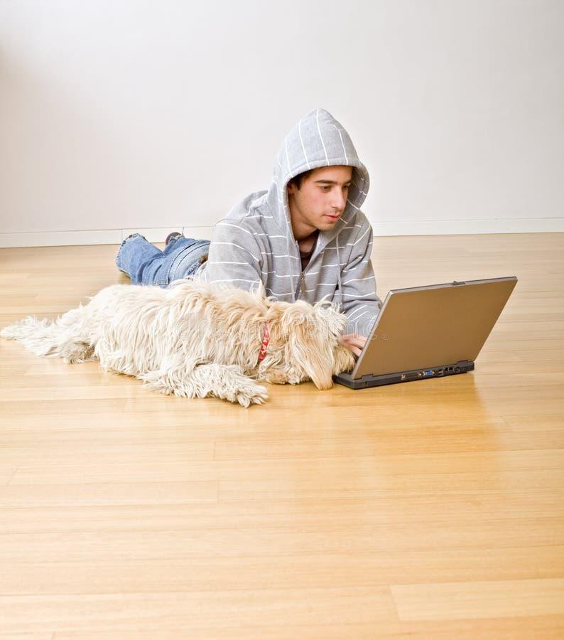 tonåring för datorhundbärbar dator royaltyfria bilder