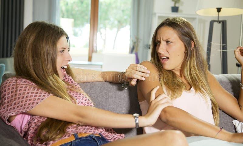 Tonåring för två systrar som slåss hemmastatt ilsket royaltyfri fotografi