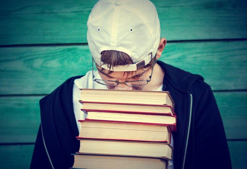 Tonåring med böcker royaltyfri foto