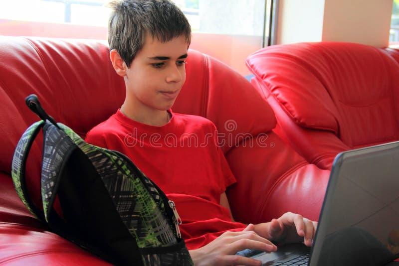 Tonåring med en bärbar dator arkivfoton
