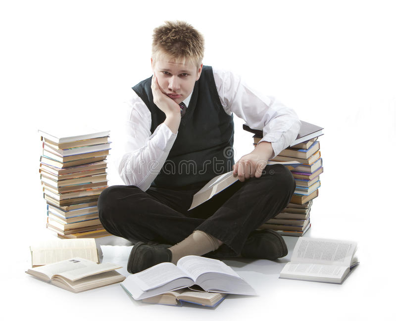 Tonåring med en hög av läroböcker Var trött av läxor arkivbilder
