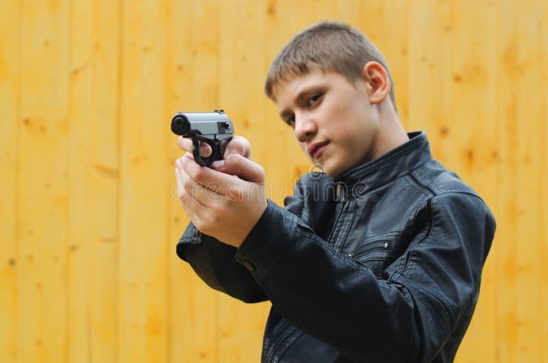 Tonåring med en pistol arkivbild