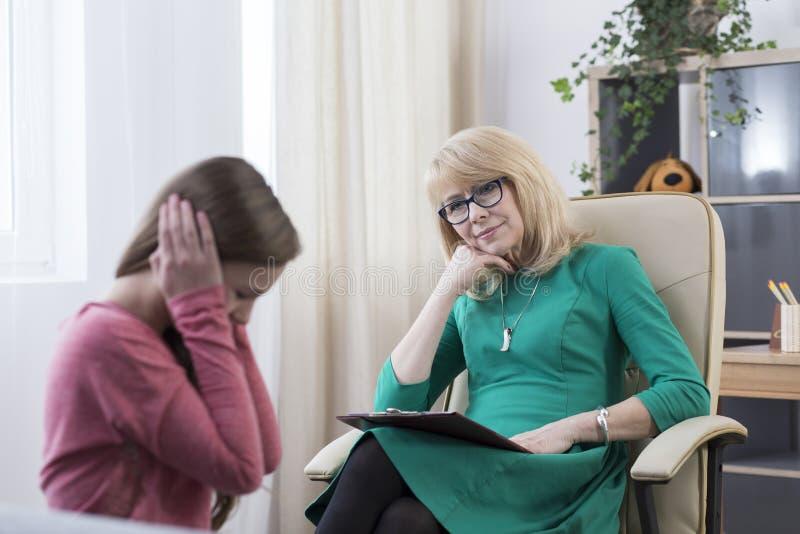 Tonåring med fördjupningen som har terapi arkivbild